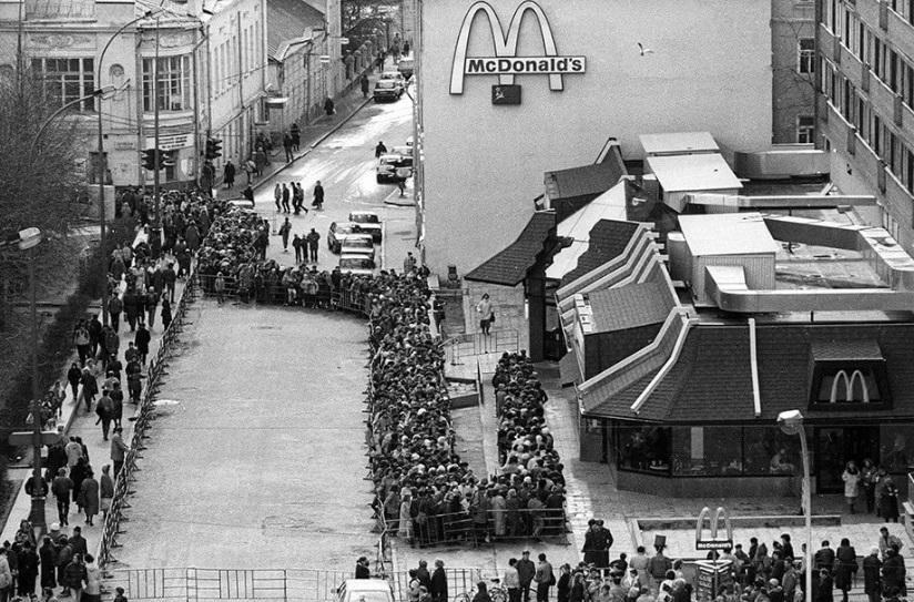 Открытие первого МакДональдс в России в Москве (1990 год)